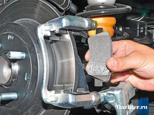 Как установить износ тормозных колодок автомобиля