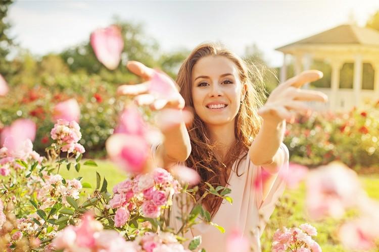 Как поднять настроение девушке