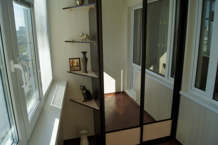 преимущества встроенного шкафа-купе на балконе